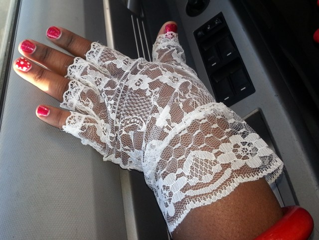 Yes, Minnie has lace gloves